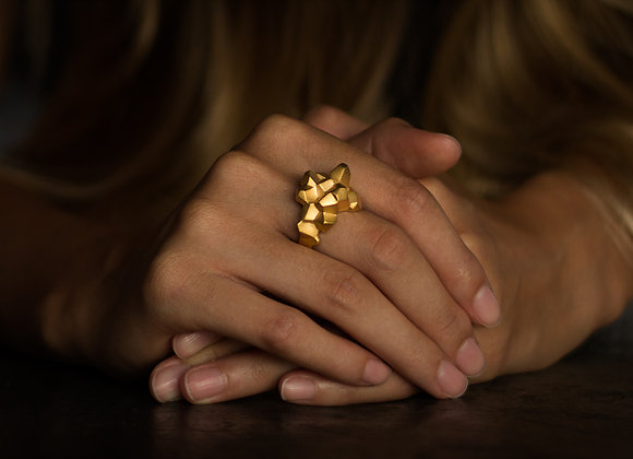 NUGGET x GOLD ring on woman's hand